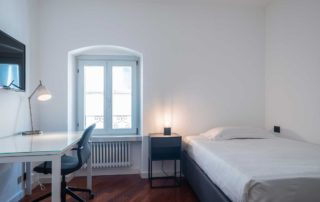 STUDIOSUITE_stanza singola 3_scrivania-letto-tv_piano 3